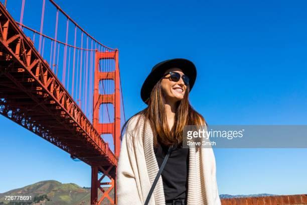 caucasian woman near golden gate bridge, san francisco, california, united states - las américas fotografías e imágenes de stock