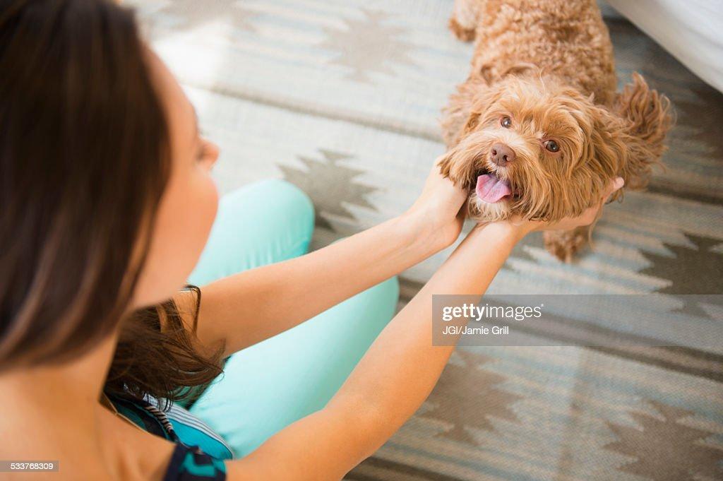 Caucasian woman petting dog : Foto stock