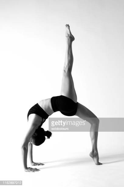 caucasian woman practicing yoga - silhueta de corpo feminino preto e branco imagens e fotografias de stock