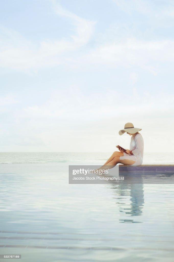 Caucasian woman relaxing at swimming pool : Foto stock