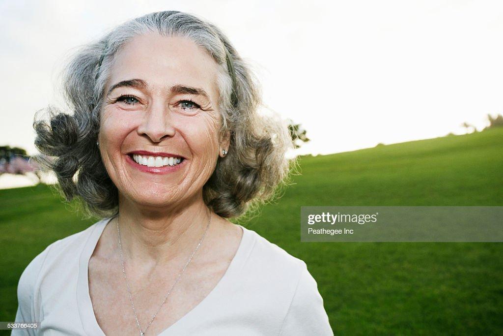 Caucasian woman smiling outdoors : Foto stock