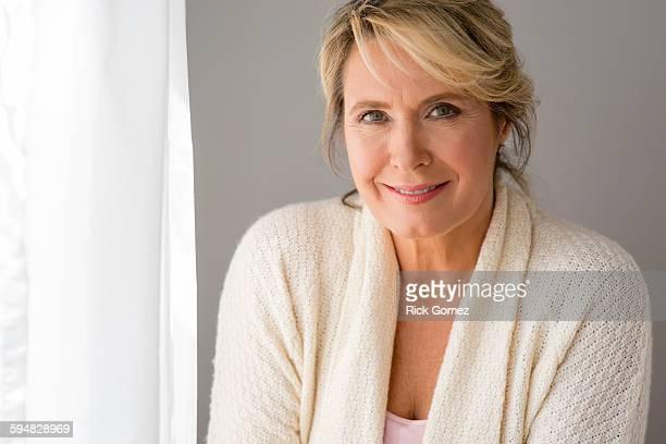 caucasian woman smiling - 55 59 jaar stockfoto's en -beelden