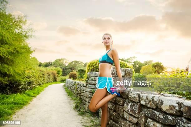 caucasian woman stretching outdoors - golfe du morbihan photos et images de collection