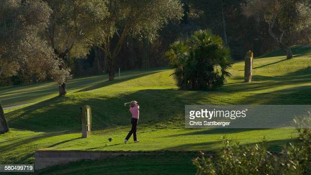 caucasian woman teeing off on golf course - teeing off stock pictures, royalty-free photos & images