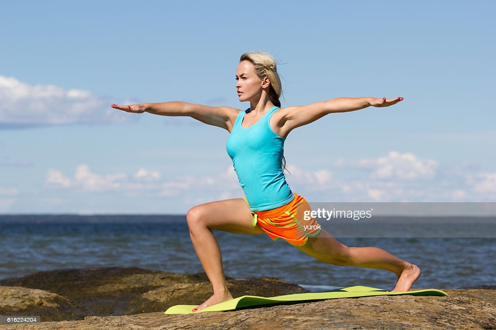 caucasian woman training outside : Foto stock