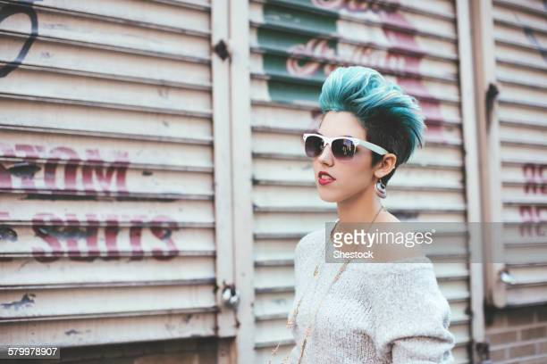 caucasian woman walking at warehouse - punk - fotografias e filmes do acervo