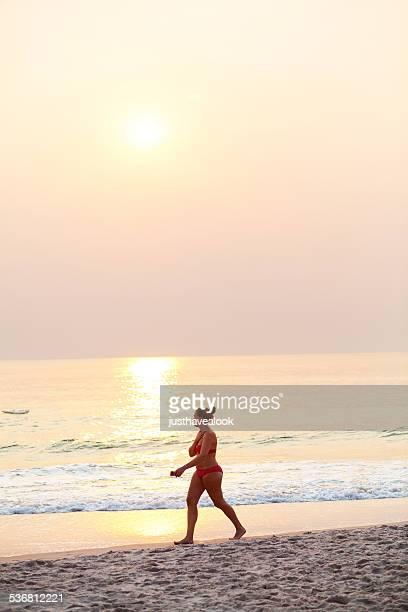 europäischer abstammung frau zu fuß in den sunrise - golf von thailand stock-fotos und bilder