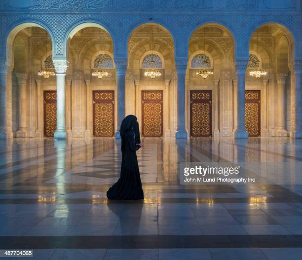 caucasian woman wearing burka at saleh mosque, saana, yemen - sanaa stock pictures, royalty-free photos & images