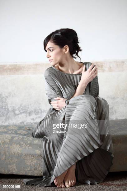 caucasian woman wearing evening gown - robe longue photos et images de collection