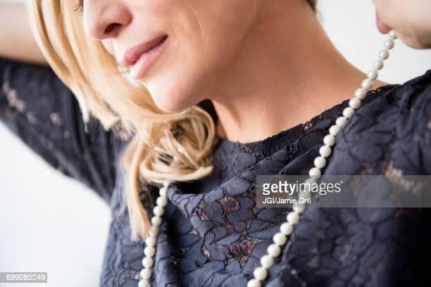 caucasian woman wearing pearl necklace - collar de perlas joyas fotografías e imágenes de stock