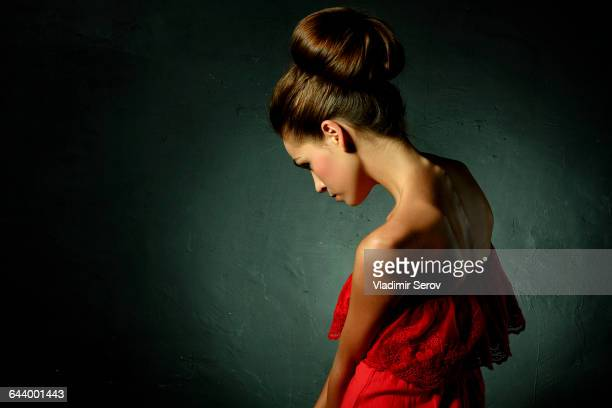 caucasian woman wearing red evening gown and hair bun - coque cabelo para cima - fotografias e filmes do acervo