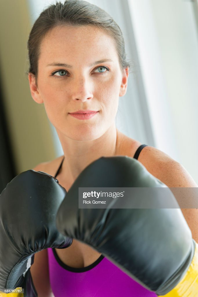 Caucasian woman with boxing gloves raised : Foto stock
