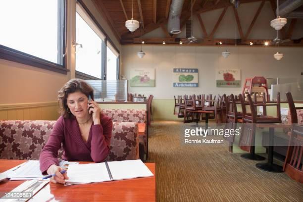 Caucasiana mulher a trabalhar no restaurante
