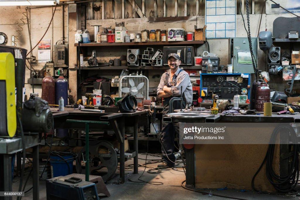 Caucasian worker smiling in factory : Stock-Foto