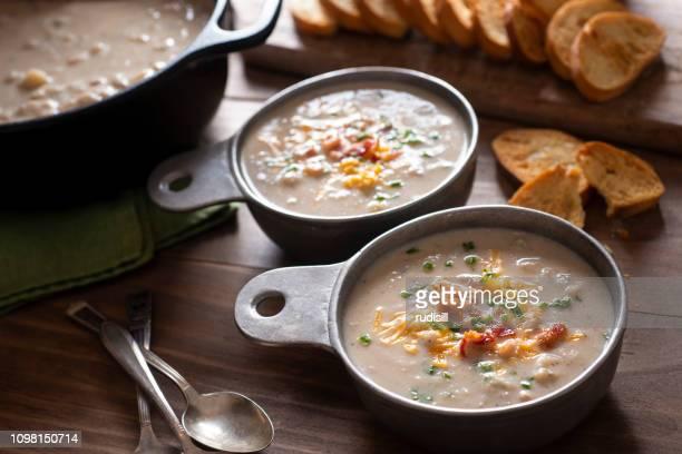 カリフラワーのスープ - ダッチオーブン ストックフォトと画像