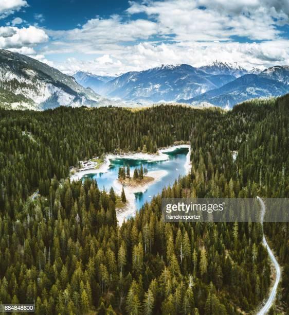 caumasee-see in der schweiz - kanton graubünden stock-fotos und bilder