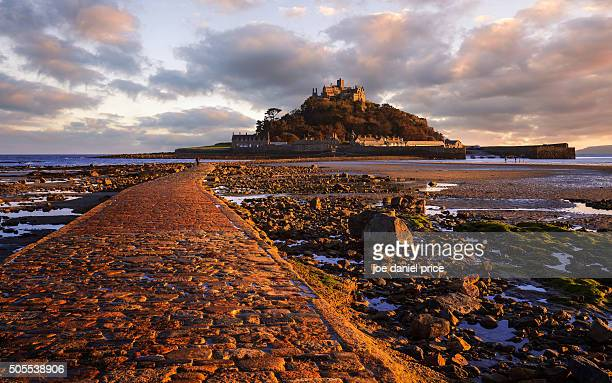 causeway, st michael's mount, marazion, cornwall, england - low tide stock pictures, royalty-free photos & images