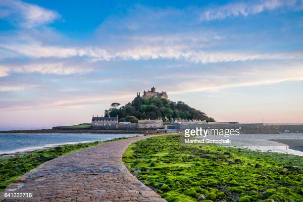 causeway to st. michael's mount - low tide stock pictures, royalty-free photos & images
