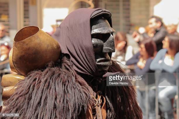 cavalcata sarda festival mask, sardinia, italy - tradizione foto e immagini stock