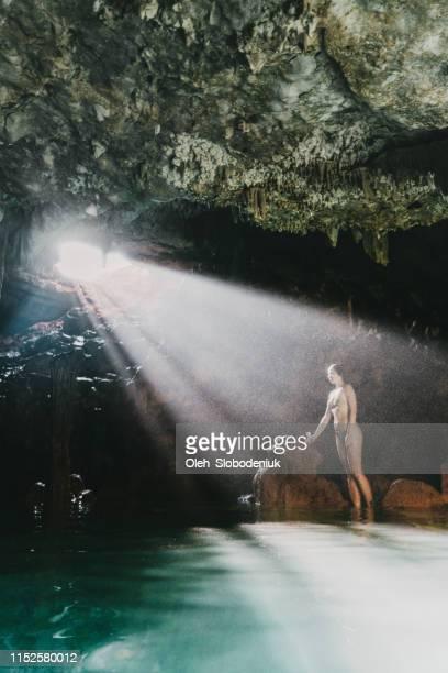 cueva en isla de flores - flores indonesia fotografías e imágenes de stock