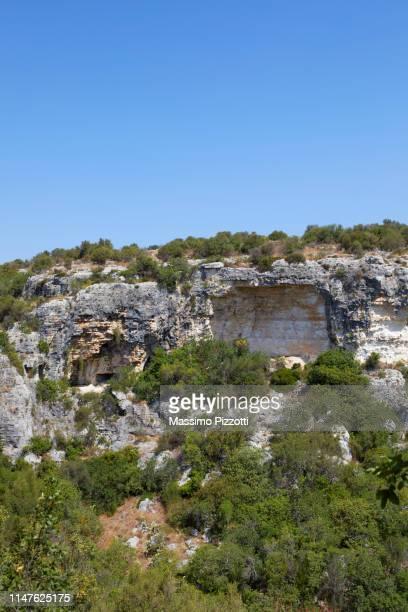 caved rocks in the archeological site of ispica, sicily - massimo pizzotti foto e immagini stock