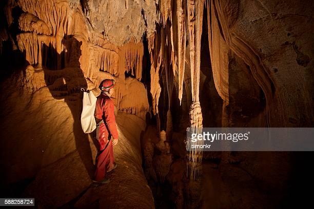 caver exploring stalactites - geología fotografías e imágenes de stock