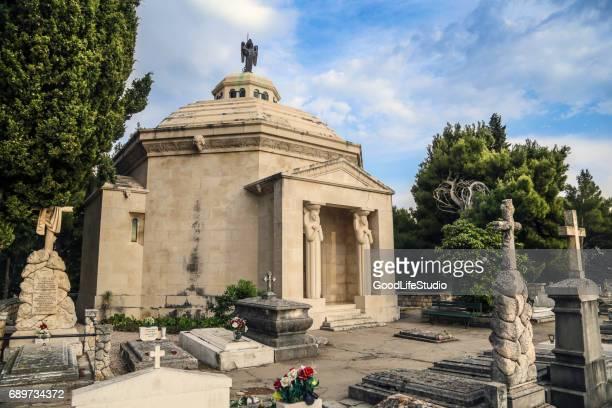 cavtat friedhof - mausoleum stock-fotos und bilder