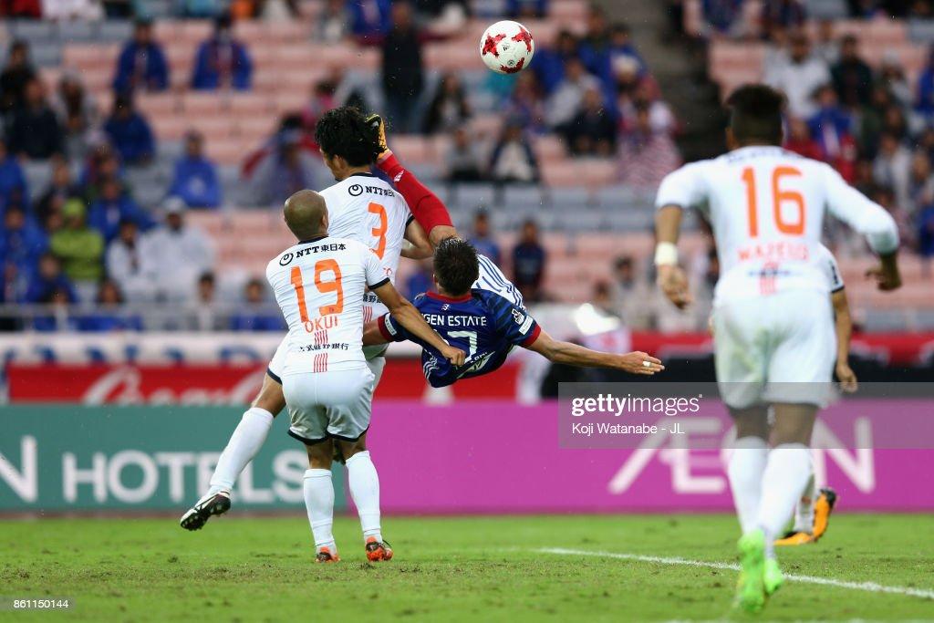 Cayman Togashi of Yokohama F.Marinos attempts an overhead kick during the J.League J1 match between Yokohama F.Marinos and Omiya Ardija at Nissan Stadium on October 14, 2017 in Yokohama, Kanagawa, Japan.