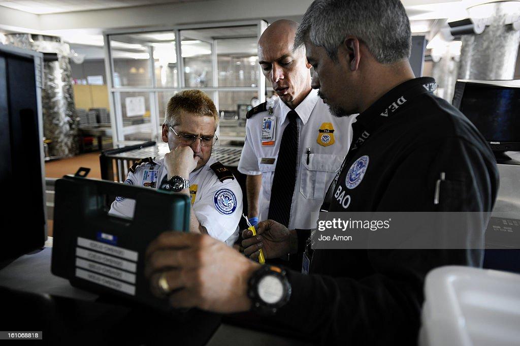 cddiabomb11b transportation security manager bomb appraisal officer mario medina gives a quick class on - Transportation Security Officer