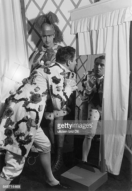 Cecil Beaton, summer party on his country house Ashcombe - Cecil Beaton is looking in a mirror, behind: Michael Duff