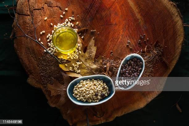 Zedernöl und Nüsse Holzhintergrund