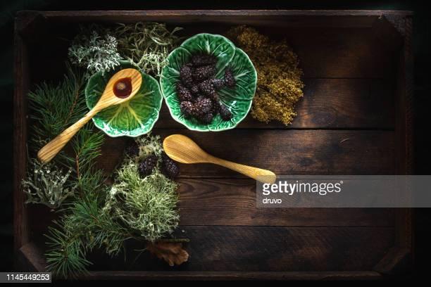 Zedernöl und Kiefernkegel auf Holzhintergrund