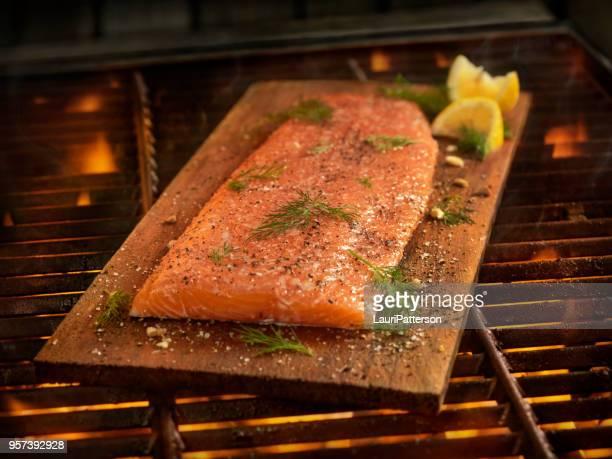 Saumon de planche de cèdre cuisiner sur le BBQ