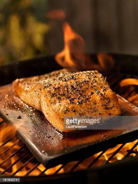 Filet de saumon sur planche de cèdre un barbecue extérieur
