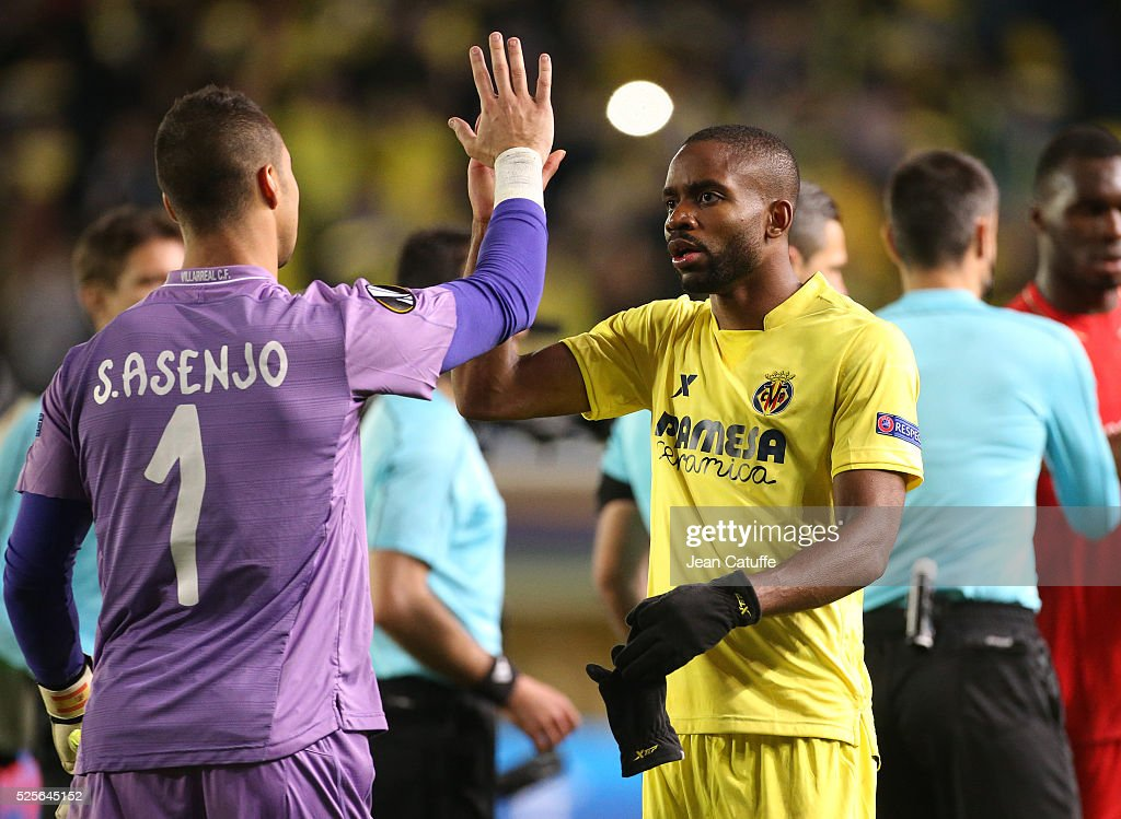 Cedric Bakambu of Villarreal and Goalkeeper of Villarreal Sergio Asenjo celebrate the victory after the UEFA Europa League semi final first leg match between Villarreal CF and Liverpool FC at Estadio El Madrigal stadium on April 28, 2016 in Villarreal, Spain.