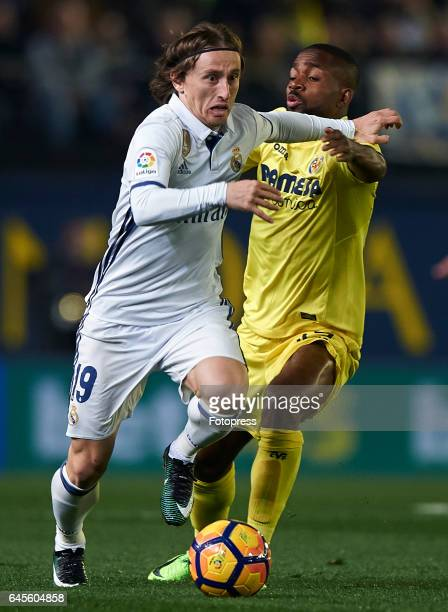 Cedric Bakambu of Villarreal competes for the ball with Luka Modric of Real Madrid during the La Liga match between Villarreal CF and Real Madrid at...