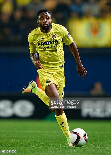 Cedric Bakambu of Villarreal runs with the ball during the UEFA Europa League Group L match between Villarreal CF and Osmanlsport at El Madrigal on...