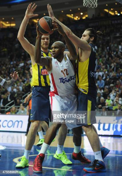 Cedric Simmons #12 of Olympiacos Piraeus competes with Luka Zoric #22 of Fenerbahce Ulker Istanbul and Linas Kleiza #11 of Fenerbahce Ulker Istanbul...