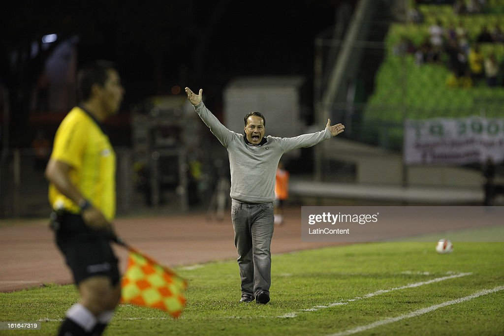Ceferino Bencomo coach of Caracas FC instructs his team during a match between Caracas FC and Fluminense as part of the 2013 Copa Bridgestone Libertadores at the Olympic Stadium on February 13, 2013 in Caracas, Venezuela.