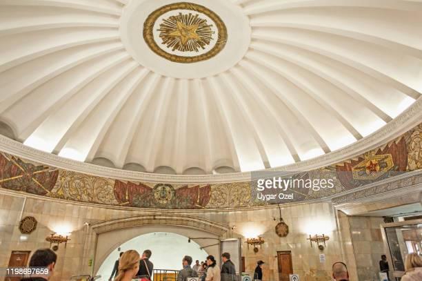 ceiling in moscow subway station with soviet period symbols. - u bahnsteig stock-fotos und bilder