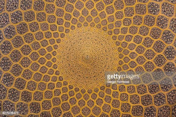 ceiling of masjed-e sheikh lotfollah, isfahan, iran - シェイフロトフォラモスク ストックフォトと画像
