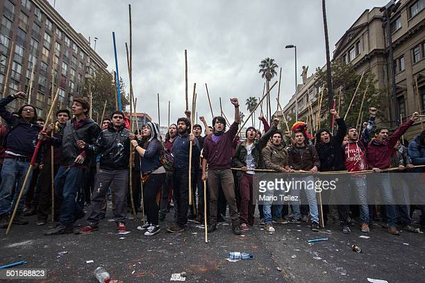CONTENT] Celebración del primero de mayo en santiago de chile Terminando con serios incidentes de manifestantes de izquierda y encapuchados