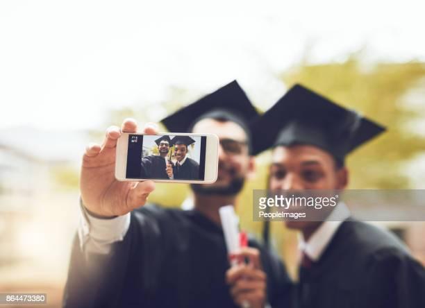 abschlusstag mit einem selfie feiern - selbstporträt stock-fotos und bilder