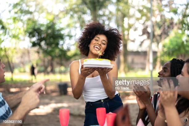 comemorando uma festa de aniversário no parque - data especial - fotografias e filmes do acervo