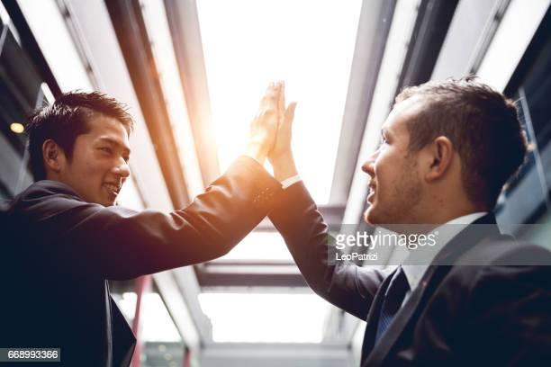 オフィスで同僚と成功を祝ってください。