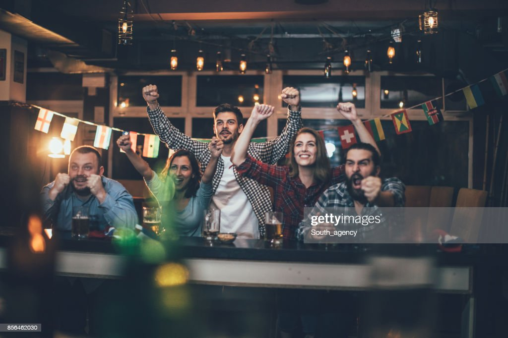 Celebrando en el pub : Foto de stock