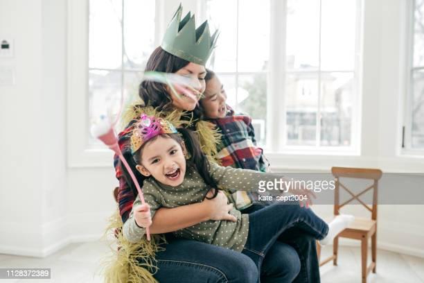 mothers day zu feiern, wie eine prinzessin - prinzessin stock-fotos und bilder