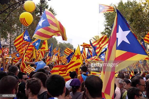 celebra día nacional de cataluña - cataluña fotografías e imágenes de stock
