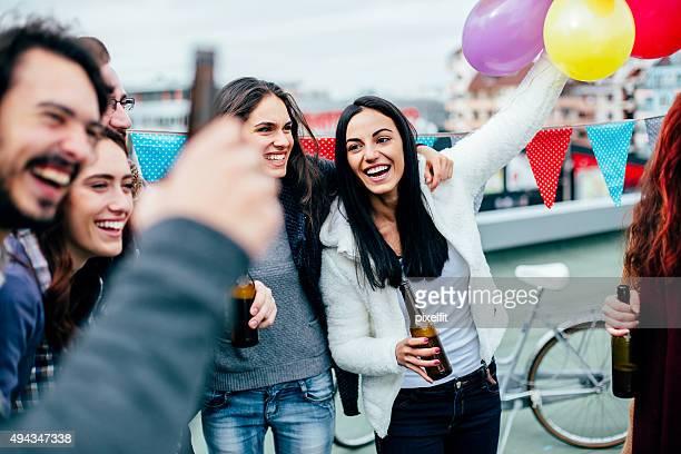 Celebra las personas en reuniones sociales