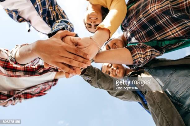 vieren van succes - alleen tieners stockfoto's en -beelden